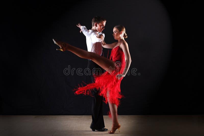 Dançarinos do Latino no salão de baile isolado no preto fotos de stock royalty free