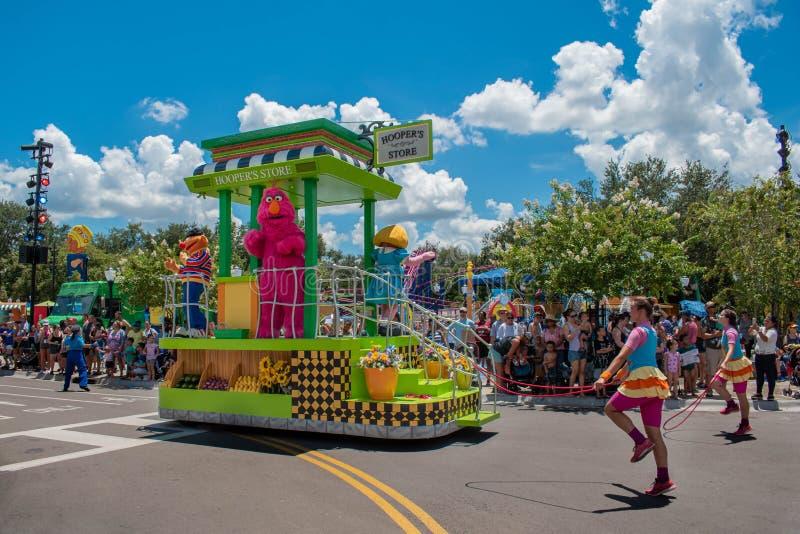 Dançarinos do monstro e da mulher da televisão na parada do partido do Sesame Street em Seaworld imagem de stock