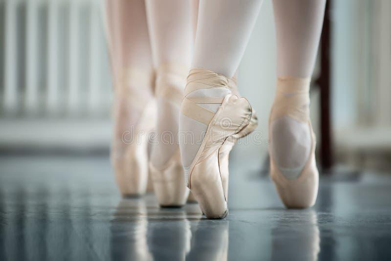 Dançarinos dos pés no pointe branco imagem de stock