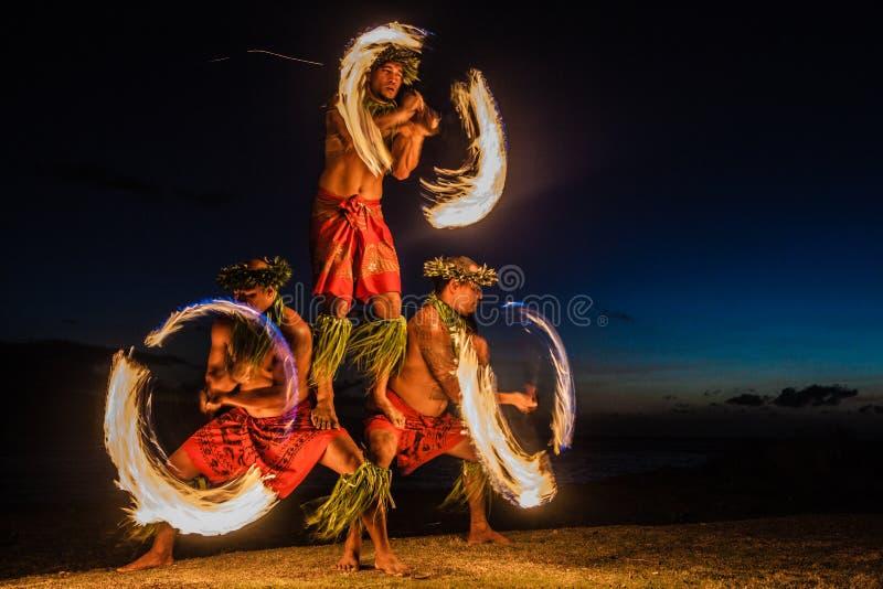 Dançarinos havaianos do incêndio no oceano fotos de stock