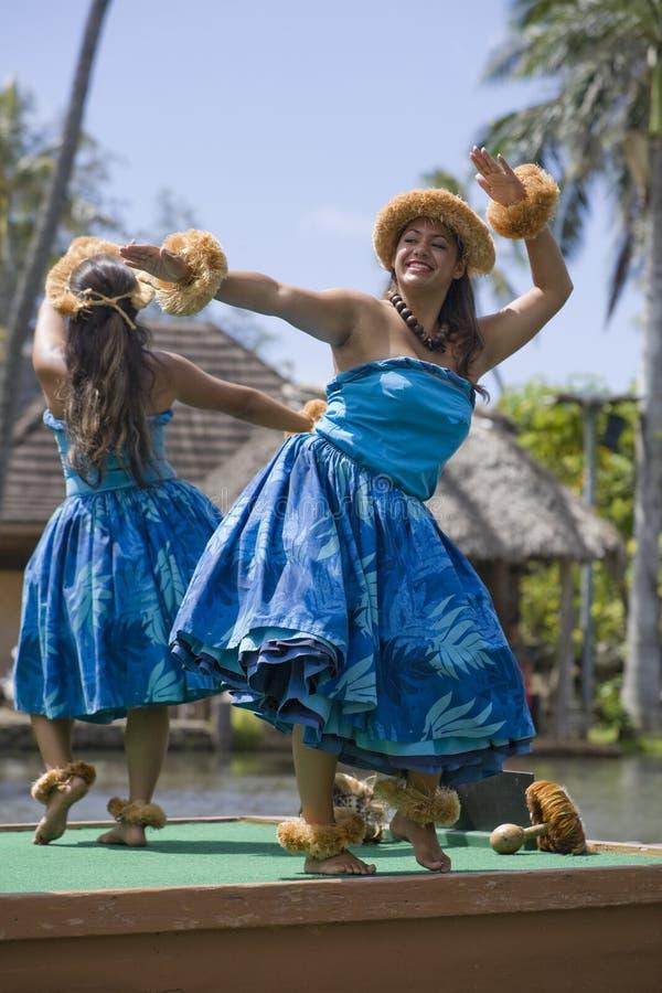Dançarinos havaianos na canoa 1653 fotografia de stock royalty free