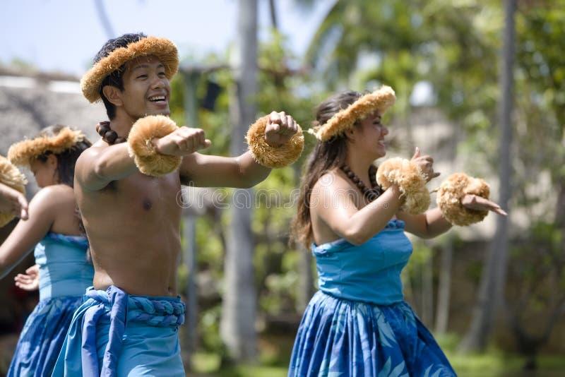 Dançarinos havaianos na canoa imagem de stock