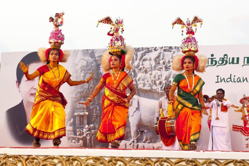 Dançarinos indianos que executam a dança indiana do sul tradicional imagem de stock royalty free