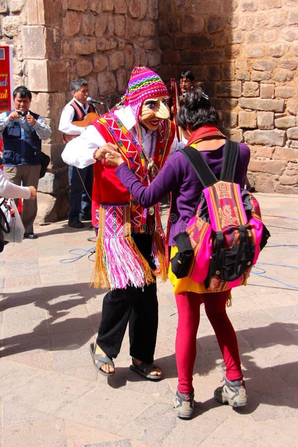 Dançarinos mascarados em Plaza de Armas fotografia de stock