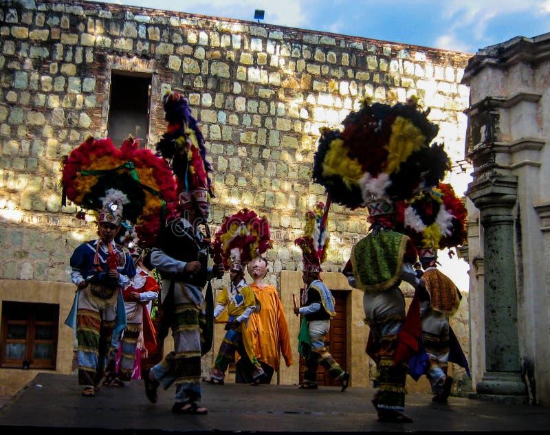 Dançarinos masculinos de Zapotec em Oaxaca, México fotos de stock