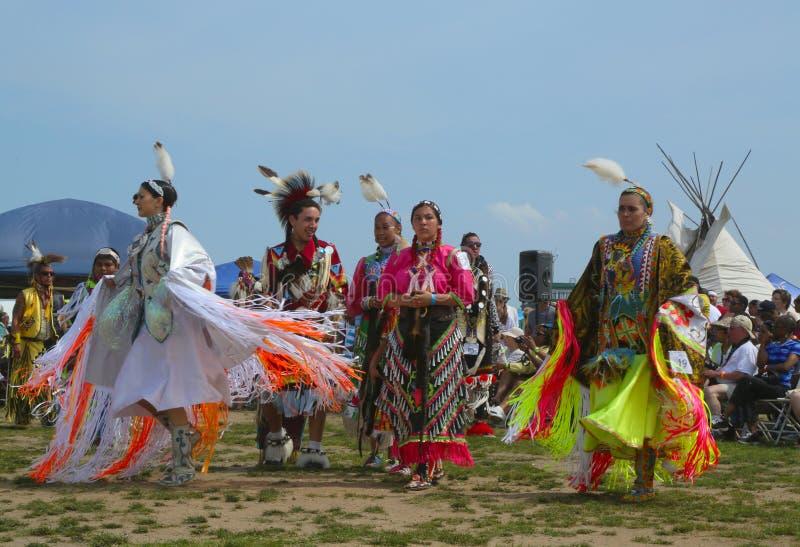 Dançarinos não identificados do nativo americano no prisioneiro de guerra wow de NYC em Brooklyn fotografia de stock royalty free