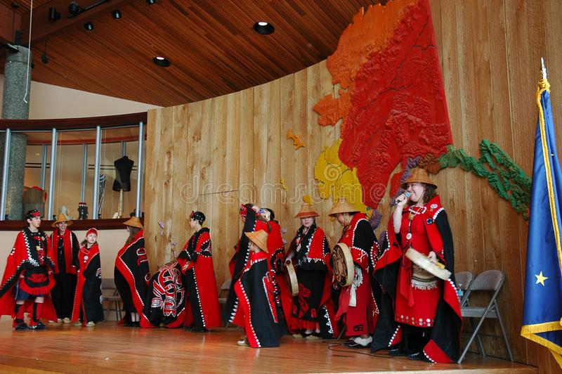Dançarinos no centro do Alasca da herança imagem de stock royalty free