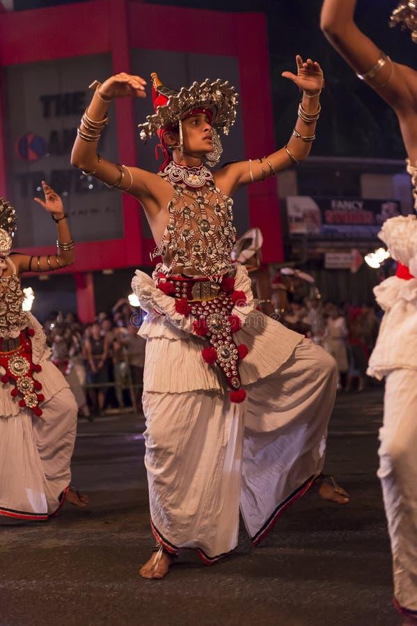 Dançarinos no festival de Esala Perahera em Kandy imagem de stock