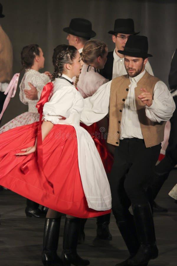 Dançarinos populares húngaros imagem de stock royalty free