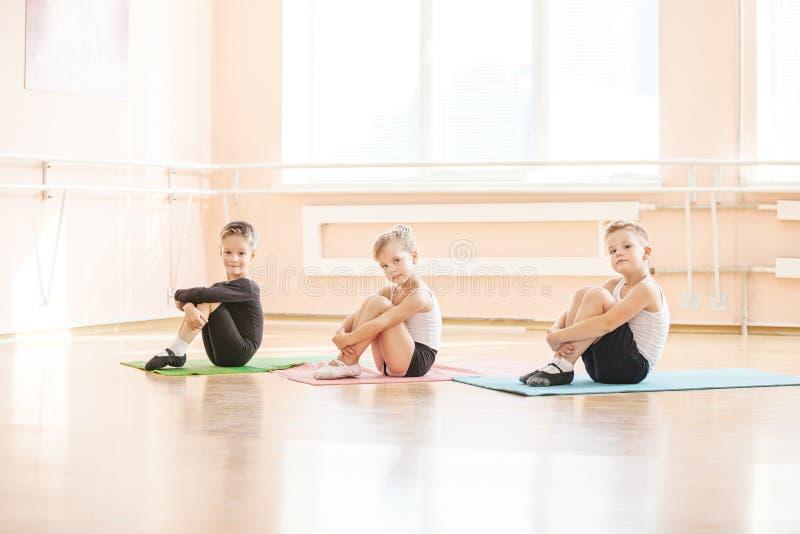 Dançarinos que aquecem-se na classe do bailado fotografia de stock