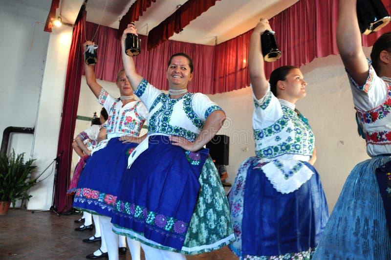 Dançarinos que dançam em trajes eslovacos tradicionais fotos de stock royalty free