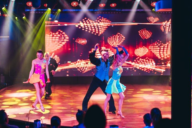 Dançarinos que executam no clube noturno de MS Silja Serenade de Silja Line foto de stock royalty free
