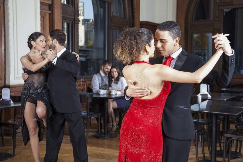 Dançarinos que fazem o tango quando pares que datam no restaurante fotografia de stock royalty free