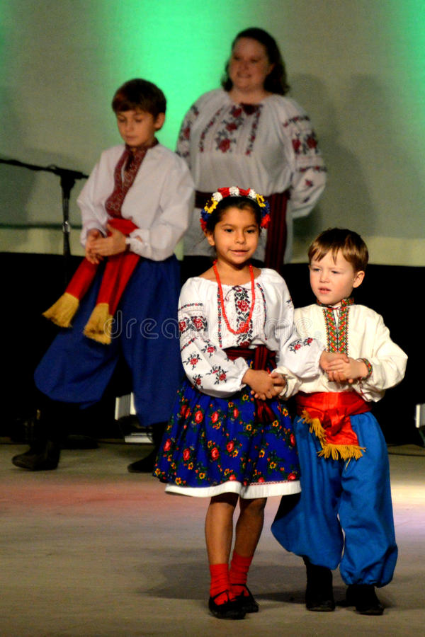 Dançarinos ucranianos do menino e da menina fotografia de stock