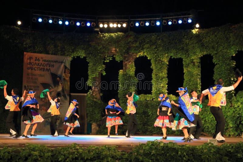 Dançarinos vivos da fase do festival internacional do folclore que executam a dança tradicional fotos de stock royalty free