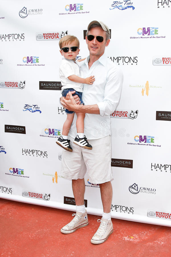 Dan Abrams, Everett Abrams. BRIDGEHAMPTON, NY-JUL 19: Actor Dan Abrams and son Everett attend the 6th Annual Family Fair at the Children's Museum of the East End royalty free stock image