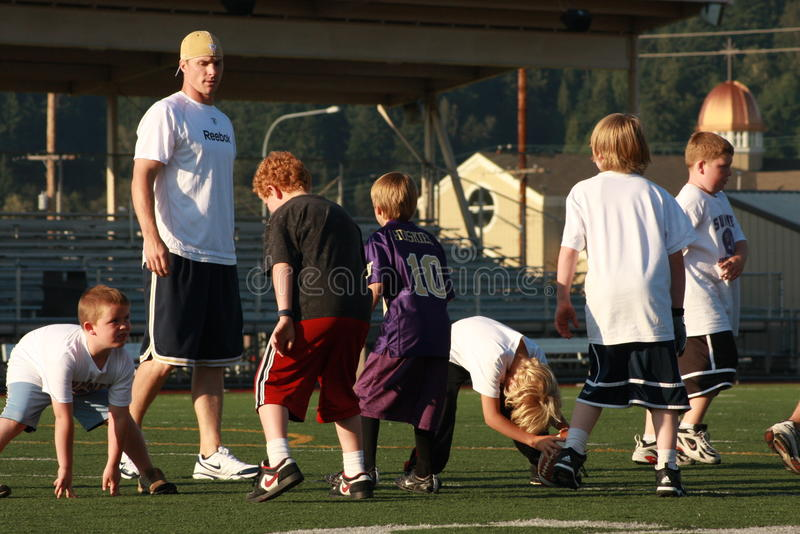 Dan looker 3. St Louis rams, Dan looker involved in parks and rec youth foot ball camp here in Sumner kids grades 1 to 8 stock photography