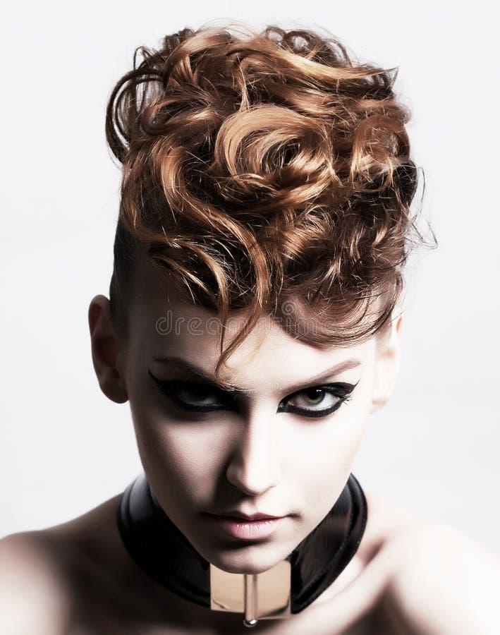Subkultur. Vända mot av glamorös moderiktig brunett. Uttryck royaltyfri bild