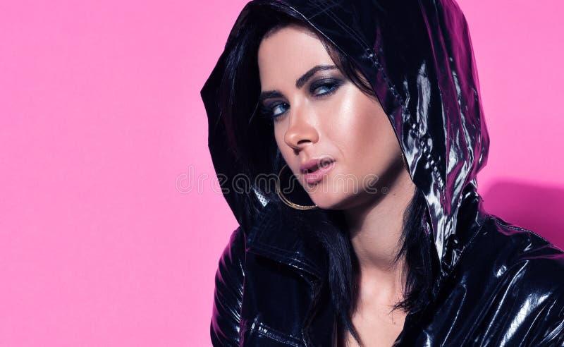 Dana closeupståenden av den unga härliga kvinnan med uttrycksfulla ögon arkivfoto