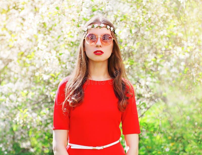 Dana den härliga hippiekvinnan i blomningvårträdgård royaltyfri bild