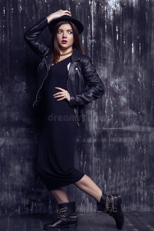 Dana den härliga mitt - den östliga modellen med hipsterstil är stå och posera nära den sjaskiga väggen royaltyfri bild