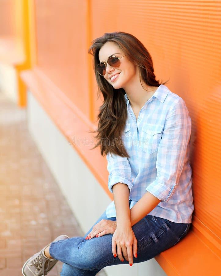 Dana den härliga moderna kvinnan för livsstilståenden i solglasögon royaltyfri fotografi
