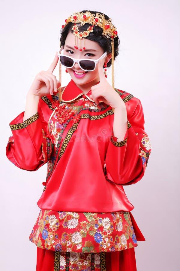 Dana den kinesiska kinesiska bröllopsklänningen för stil— — arkivbilder
