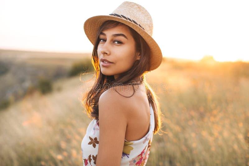 Dana den nätta söta unga kvinnan för ståenden som har gyckel med klubban över vit bakgrund royaltyfri fotografi