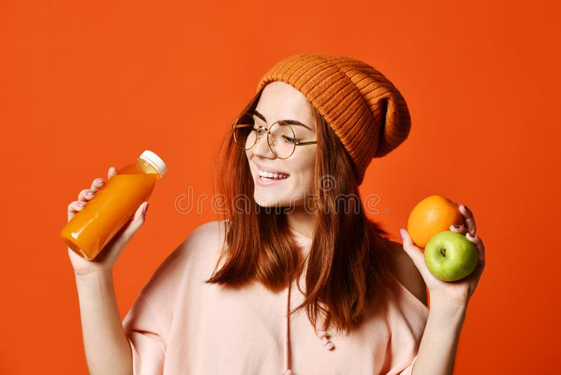 Dana den nätta unga kvinnan med fruktsaft för ny frukt arkivbilder