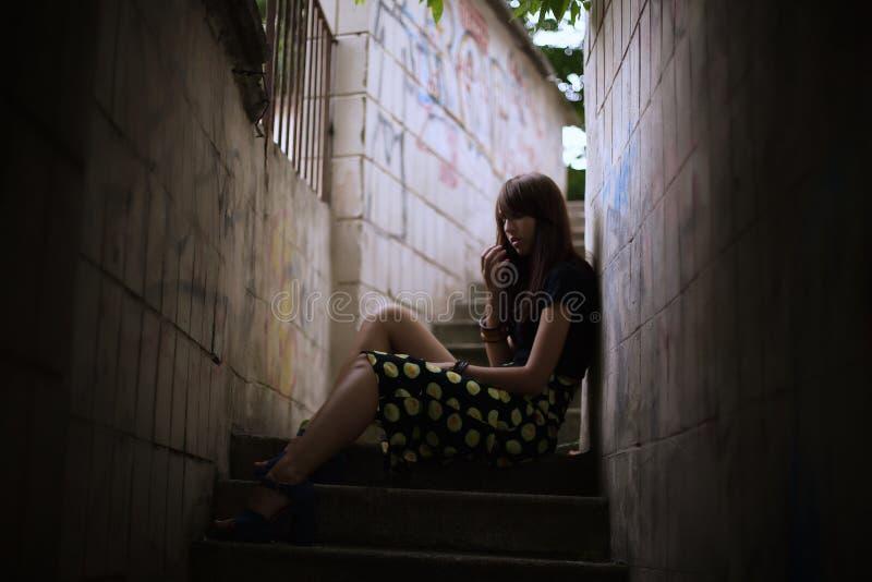 Dana den utomhus- ståenden av den stilfulla brunettkvinnan på gatan royaltyfri fotografi