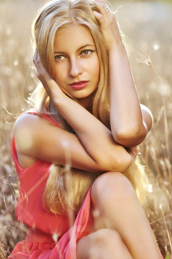 Dana det utomhus- fotoet av den härliga sinnliga kvinnan med blont hår royaltyfria bilder