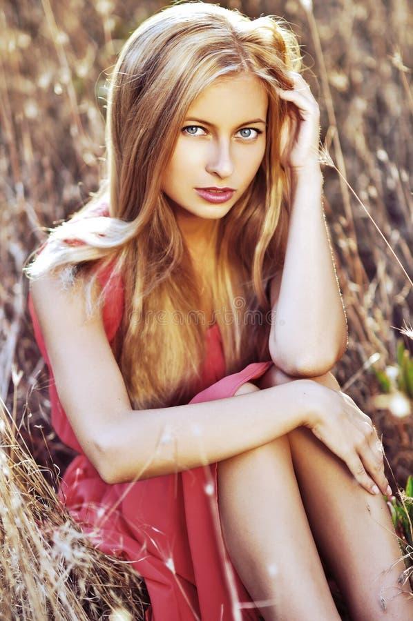 Dana det utomhus- fotoet av den härliga sinnliga kvinnan med blont hår arkivfoto