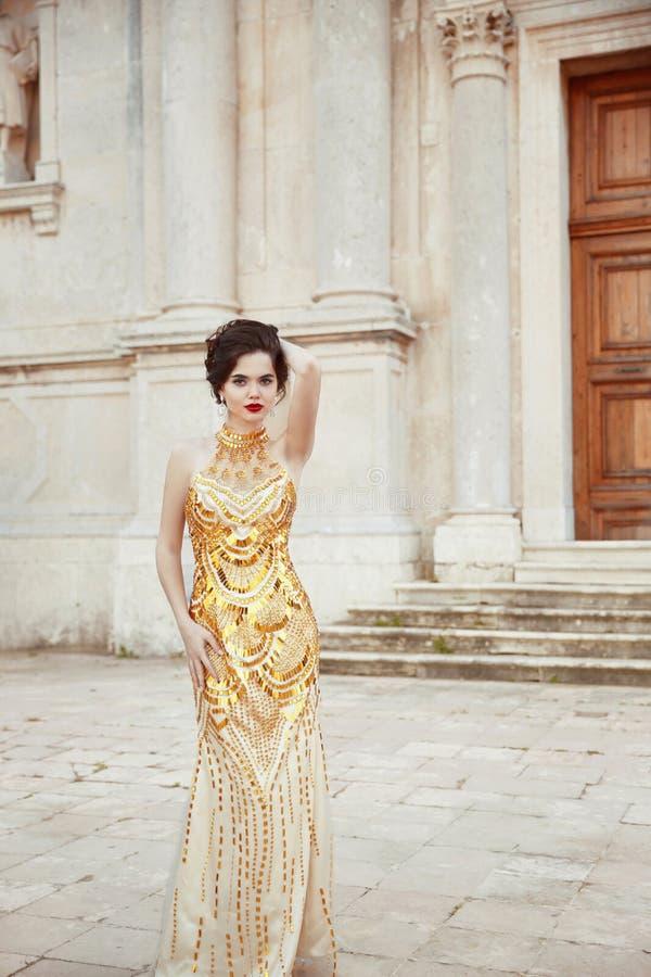 Dana det utomhus- fotoet av den trendiga sexiga eleganta damen som bär I royaltyfri bild