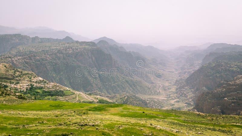 Dana en Jordania central-occidental, situada al borde de un grande imagen de archivo