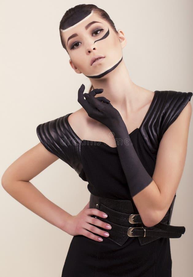 Dana fotoet av den härliga asiatiska flickan i elegant klänning med handsken arkivfoto