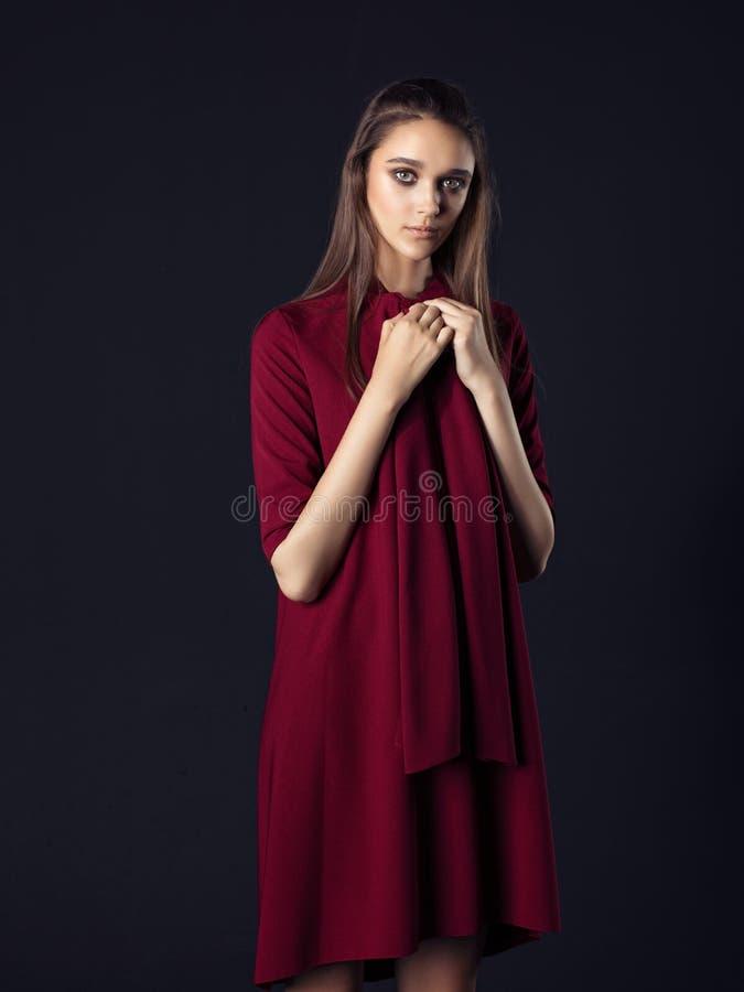 Dana fotoet av den unga härliga kvinnan på svart bakgrund royaltyfria foton