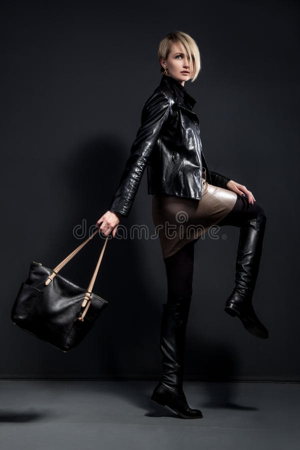 Dana fotoet av den unga kvinnan i läderjucket, den läderkjolen fotografering för bildbyråer
