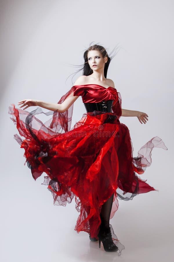 Dana fotoet av den unga storartade kvinnan i rött royaltyfri fotografi