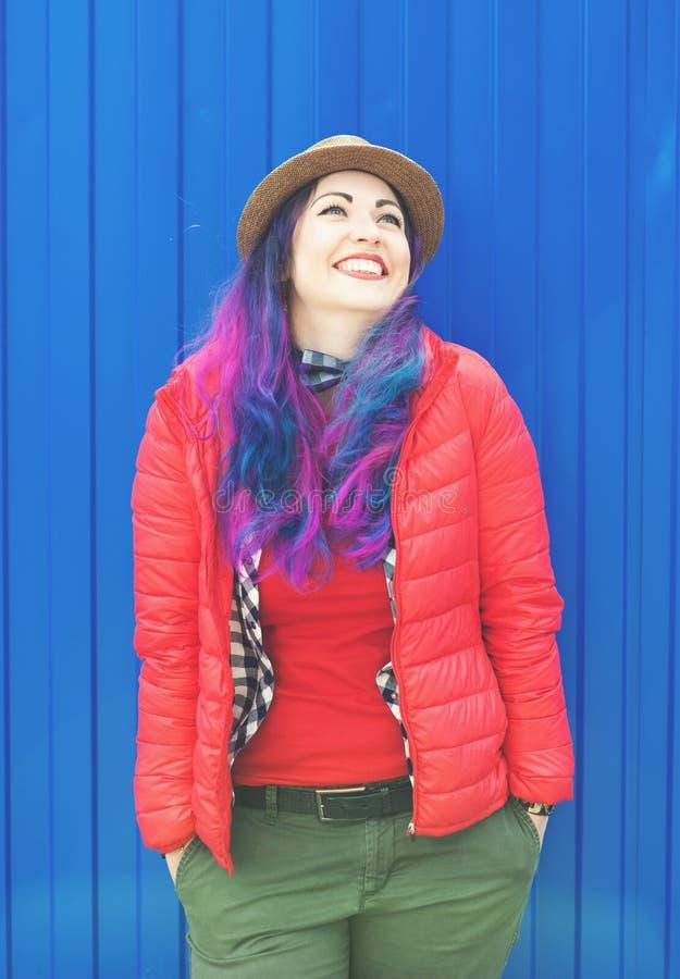 Dana hipsterkvinnan med färgrikt hår som har gyckel royaltyfri foto
