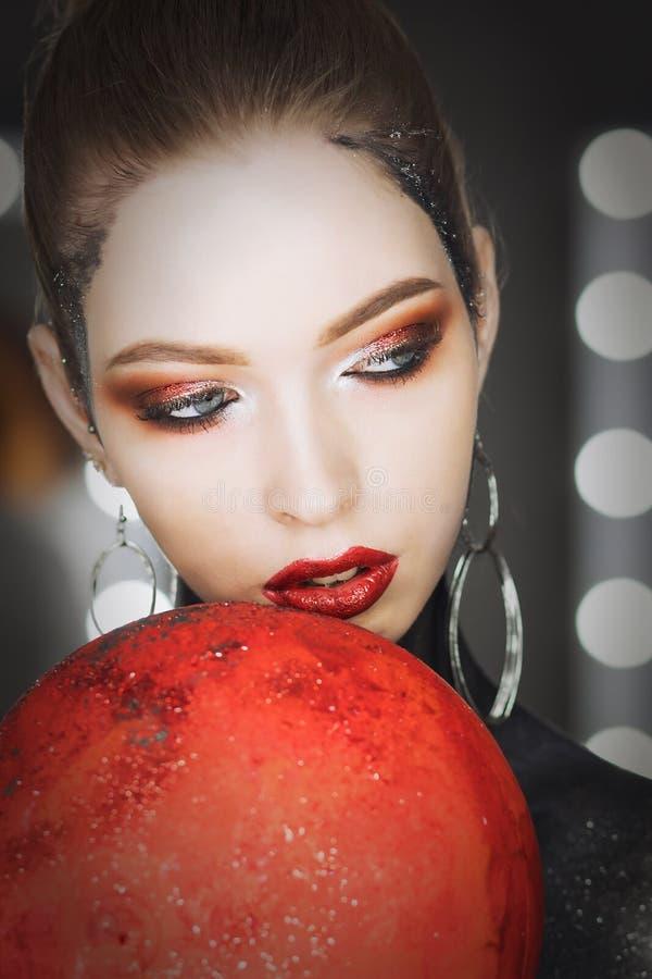 Dana konstståenden av den härliga flickan Vogue stilkvinna frisyr arkivfoton