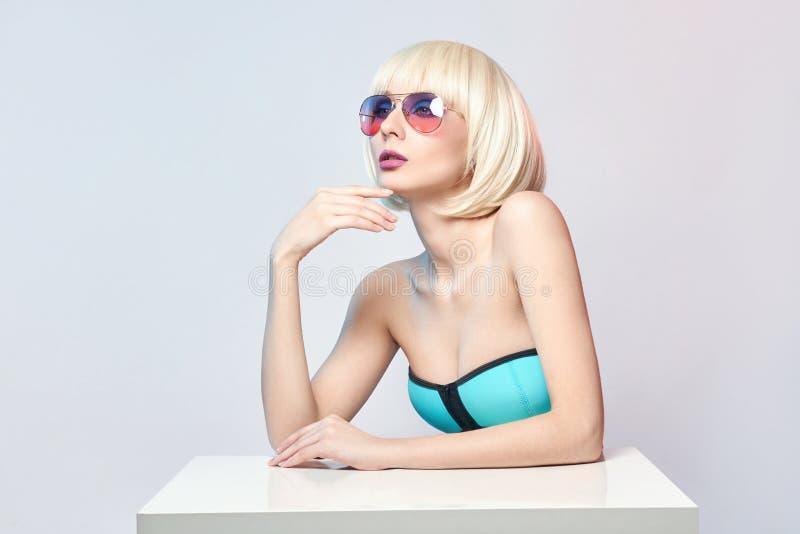Dana konstståenden av en kvinna i en baddräkt med ljus kontrastera makeup Idérikt skönhetfoto av en flicka på kontrastera arkivfoton