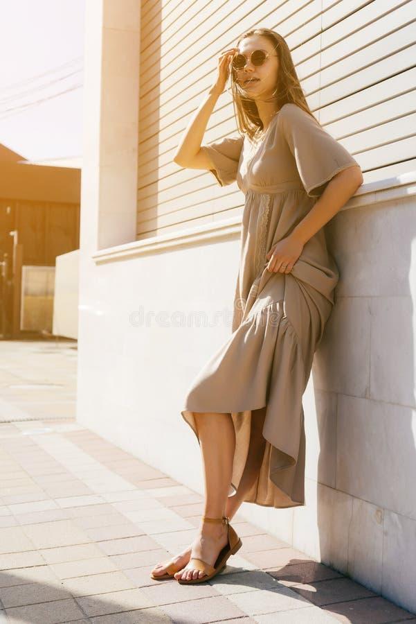 Dana kvinnan på gatan, den långa klänningen, skönhetstil i sunglasse royaltyfria bilder