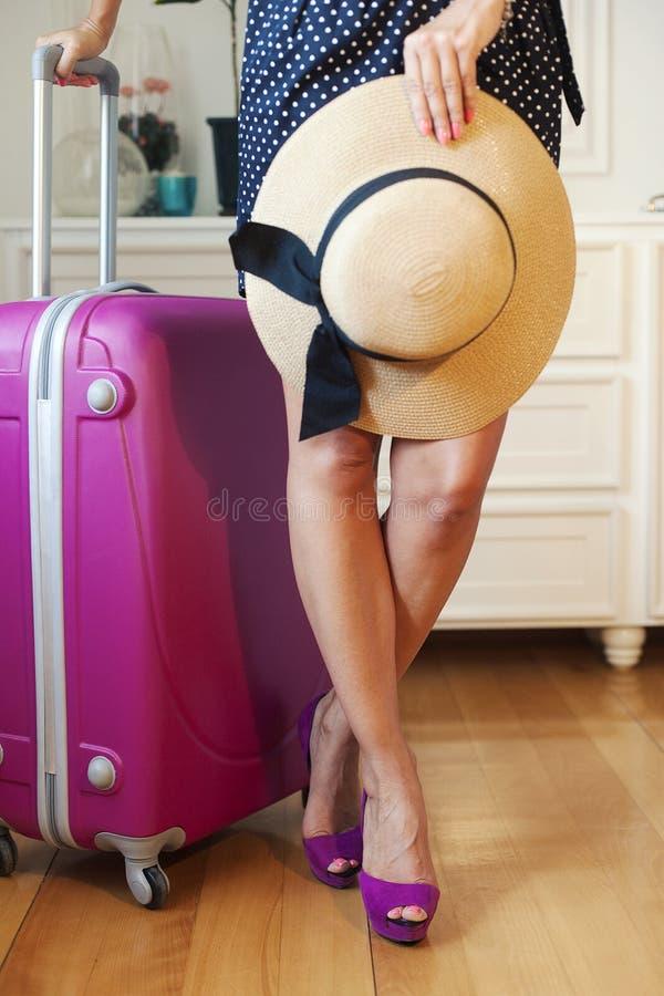 Dana kvinnan som går på tursemester, resväskan och skor arkivfoton