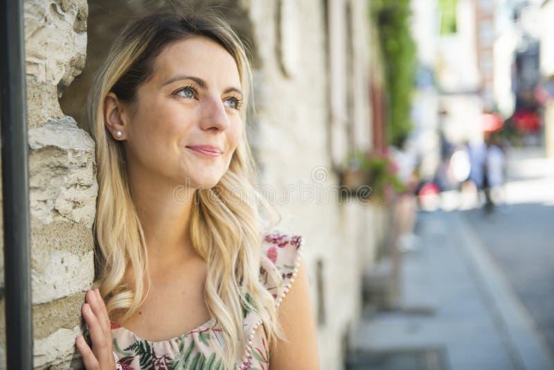 Dana kvinnaståenden av den unga nätta moderiktiga flickan som poserar på den Quebec City gatan arkivfoto