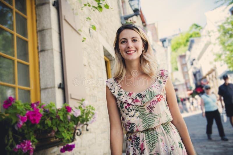 Dana kvinnaståenden av den unga nätta moderiktiga flickan som poserar på den Quebec City gatan fotografering för bildbyråer