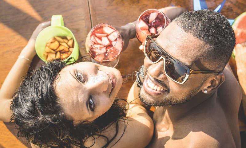 Dana mannen och den unga kvinnan som har gyckel på coctailstången arkivfoto