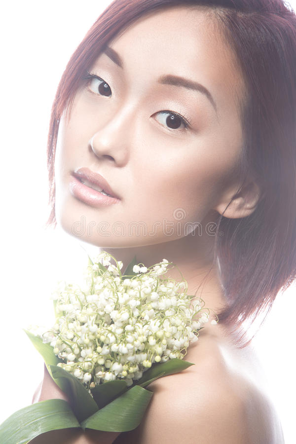 Dana orientalisk typ för den härliga flickan med delikat naturligt smink och blommor Härlig le flicka arkivfoton