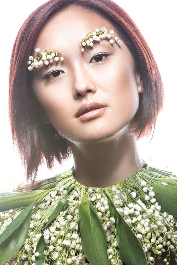 Dana orientalisk typ för den härliga flickan med delikat naturligt smink och blommor Härlig le flicka arkivbilder