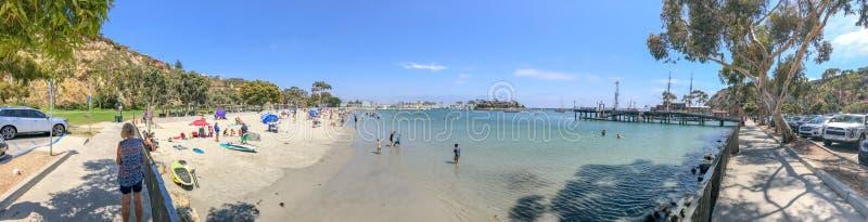 DANA POINT, CA - 31 DE JULIO DE 2017: Playa de la ciudad de la visita de los turistas en un w fotos de archivo libres de regalías