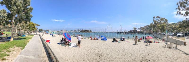 DANA POINT, CA - 31 DE JULIO DE 2017: Playa de la ciudad de la visita de los turistas en un w imagen de archivo